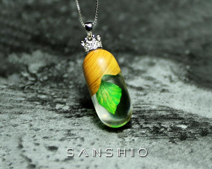 resin-and-wood-pendant-925