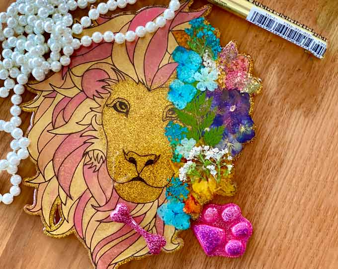 lion-resin-art-with-pressed