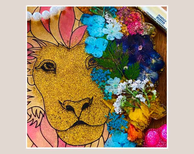 lion-resin-art-with-pressed B