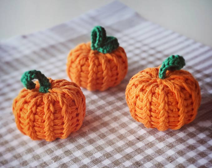 knit-pumpkins-halloween-ornament