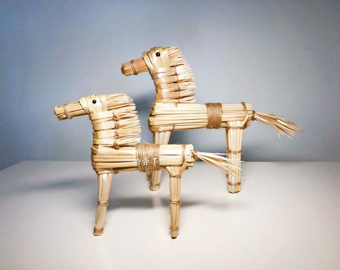 wheat-straw-horse-handmade-straw