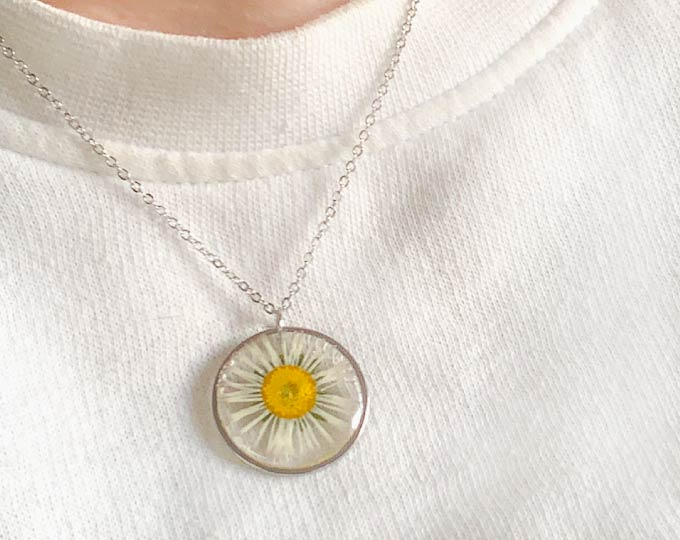 resin-pendant-with-pressed-daisy