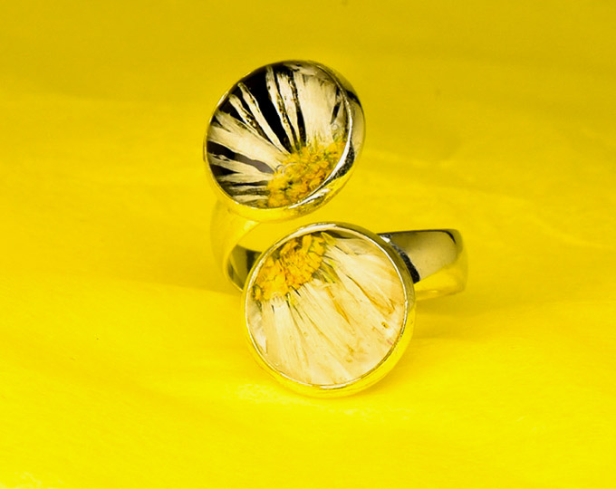 contrari-ring-with-daisies-and