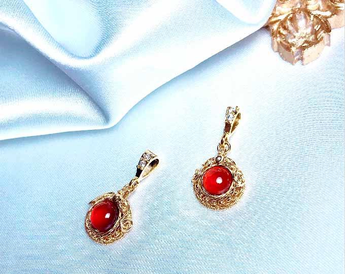 garnet-necklace-pendant-hand
