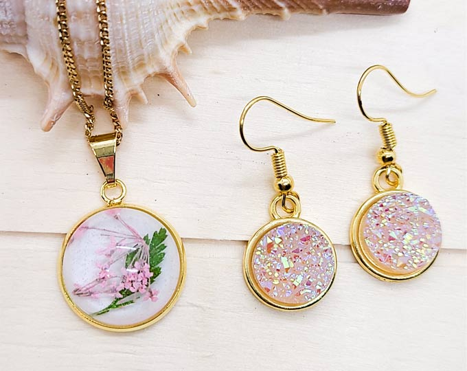Gold-Flower-Resin-Pendant-and-Druzy